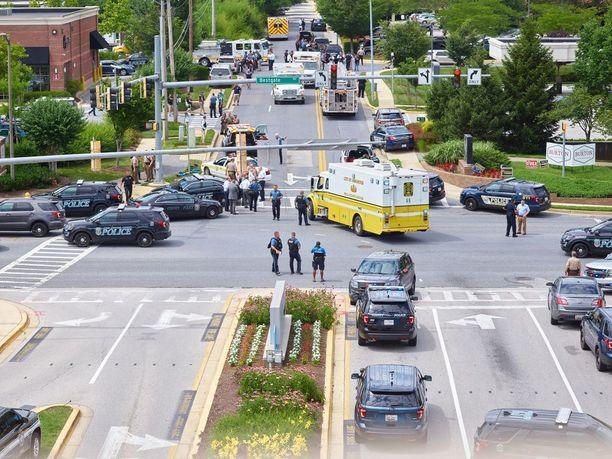 Poliisi ja pelastusviranomaiset saapuivat Capital Gazetten toimitukseen, joka muuttui surun näyttämöksi.