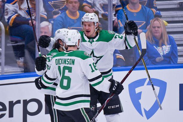 Roope Hintz (takana) oli ensimmäisellä NHL-kaudellaan Dallas Starsin paras maalintekijä Stanley Cupin playoffeissa. Hän jakoi viidella osumallaan tilaston kärkipaikan Alexander Radulovin kanssa.