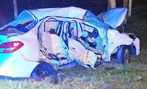 Kaikki neljä autossa ollutta saivat surmansa välittömästi.