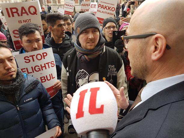 Helsingissä osoitettiin vuonna 2017 mieltä turvapaikanhakijoiden pakkopalautuksia vastaan.