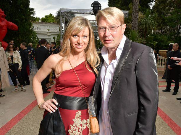 Mika Häkkinen viihtyy perheineen Etelä-Ranskassa. Hän asettui Monacoon 25 vuotta sitten. Kuvassa Häkkinen Marketa-puolisonsa kanssa Cannesin elokuvajuhlilla.