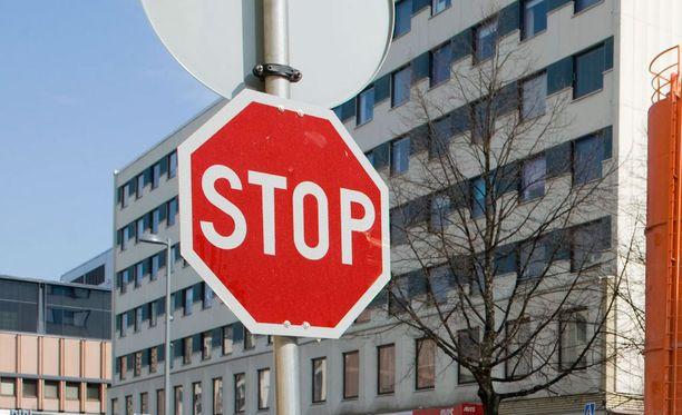 Poliisin tietojen mukaan kuorma-auto pysähtyi ensin stop-merkin taakse, mutta lähdettyään uudelleen liikkeelle se törmäsi mopoon.