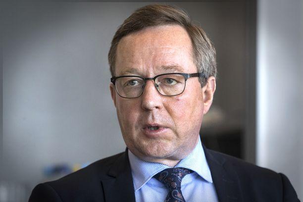 Valtiovarainministeri Mika Lintilä puolustaa keskustan verolinjaa. Puolue ei Lintilän mukaan hyväksy jatkossakaan listaamattomien yritysten osinkojen veroedun poistamista.