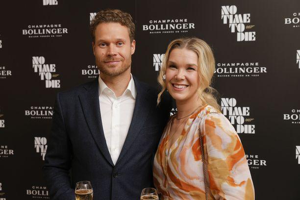 Eero ja Tuija edustivat yhdessä Bollingerin järjestämän 007 No Time To Die -elokuvan ennakkonäytöksen punaisella matolla.