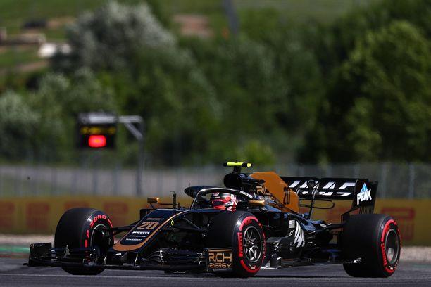 Ennen tämä talli oli Rich Energy Haas F1 Team, mutta ei enää. Lisäksi tallin värin vaihtuvat varmasti.