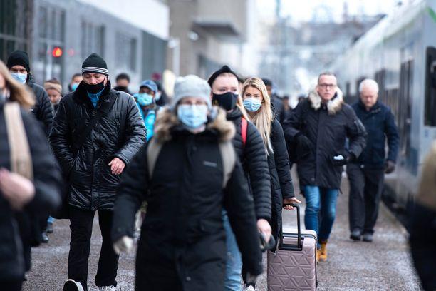 Merkittävä määrä Suomen koronatartunnoista on edelleen Helsingissä.