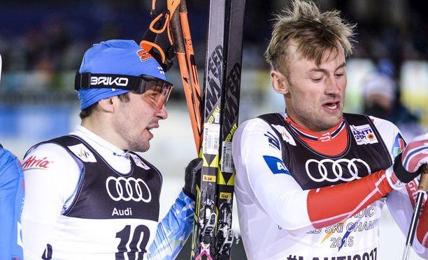 Ristomatti Hakola (vas.) oli MM-sprintin kuudes, kun Petter Northug kukisti hänet maalisuoralla.