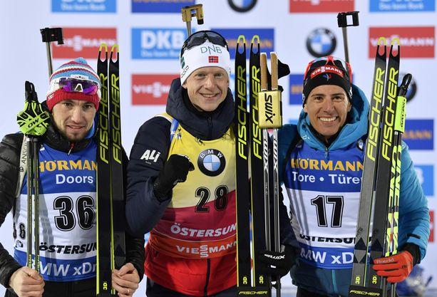 Aleksandr Loginov (vas.), Johannes Bö ja Quentin Fillon Maillet nappasivat Fischerin suksitallille kolmoisvoiton launataina Östersundissa ampumahiihdon MM-pikamatkalla.