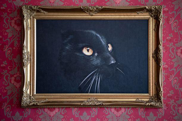 Keväällä 17 vuoden iässä kuollut Pantteri katselee perheensä touhuja salin seinältä. Öljymaalauksen teki kiinalainen maalari valokuvan pohjalta.