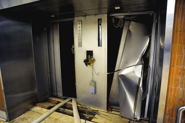 PAHAA JÄLKEÄ Vesimassat tuhosivat muun muassa metroaseman hissit.