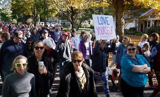 Joogahousumarssi veti sunnuntaina paikalle satoja ihmisiä Rhode Islandin Barringtonissa.