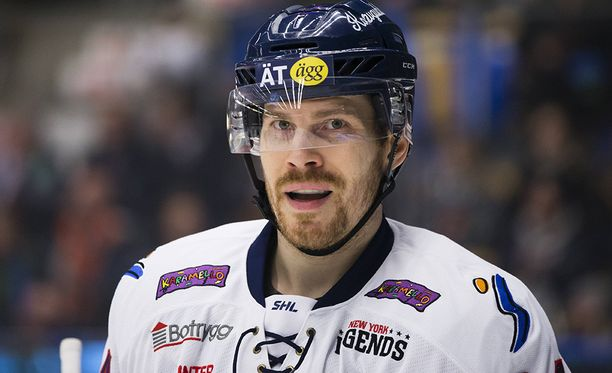 Anssi Salmela, näppärä kiekollinen puolustaja, neuvottelee Riian Dinamon kanssa.