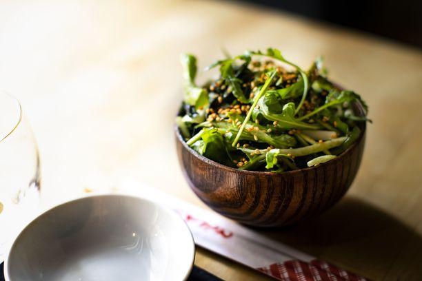 Wakame on salaatti, jossa merilevä, raikkaat kasvikset ja kastike kulkevat tasapainossa kaikki omassa roolissaan.