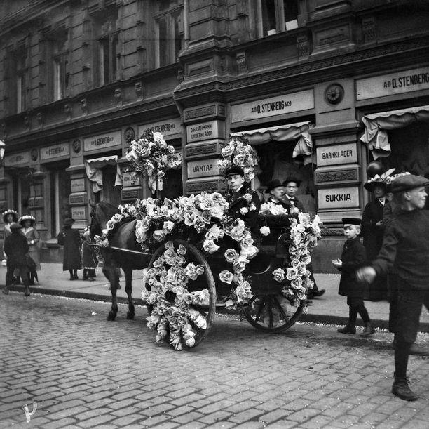 Kukitetut hevosajoneuvot Pohjoisesplanadinkadulla vappuna 1912.