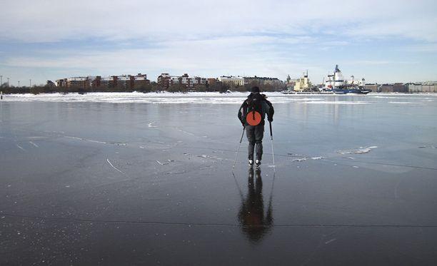 Kaikkeen jäällä liikkumiseen liittyy myös riskejä, kertoo Suomen Uimaopetus- ja Hengenpelastusliitto ry.
