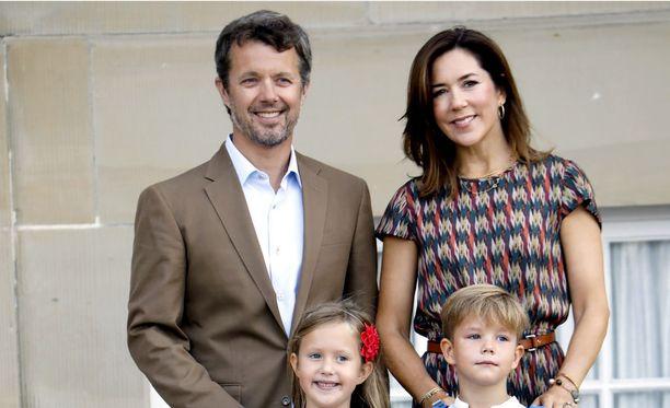 Tanskan kruununprinssipari saattoi kuopuksensa kouluun tiistaina.