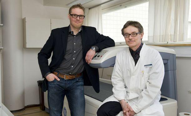 Dosentti Teppo Järvinen (vasemmalla) Tampereen yliopistosta haluaa muuttaa tutkimustavat, joihin muun muassa Käypä hoito -suositukset perustuvat. Kuvassa myös Pekka Kannus.