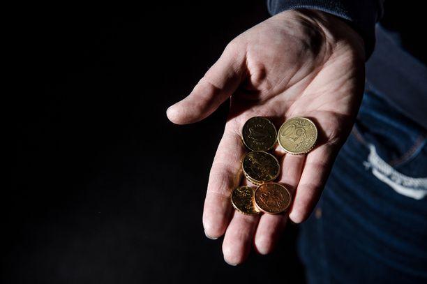 Perheen rahat ovat jatkuvasti tiukilla, eivätkä Kelan virheelliset toimeentulotukipäätökset helpota tilannetta. Kuvituskuva.