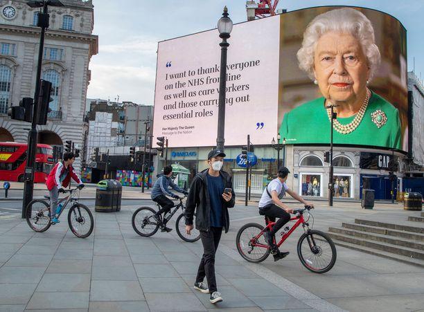 Kuningatar Elisabet kiittää Lontoon katukuvaan ilmestyneissä julisteissa hoitohenkilökuntaa ja kehottaa ihmisiä pysymään kotona.