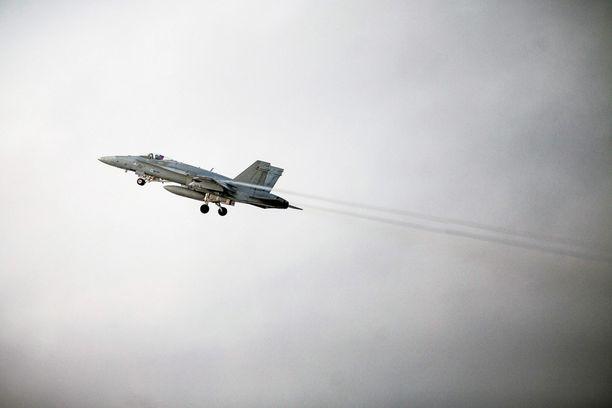 """Suomen Ilmavoimien Hornet-hävittäjä on tänään käynyt """"operatiivisella lennolla"""". Arkistokuva."""