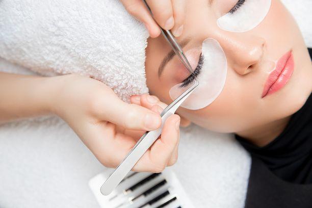Kauneuskäsittelyjä tehdessä hygieniasta huolehtiminen on erityisen tärkeää, mutta esimerkiksi ripsiliimalle voi allergisoitua, vaikka ripsientekijän laatu olisi moitteetonta. Kuvituskuva.
