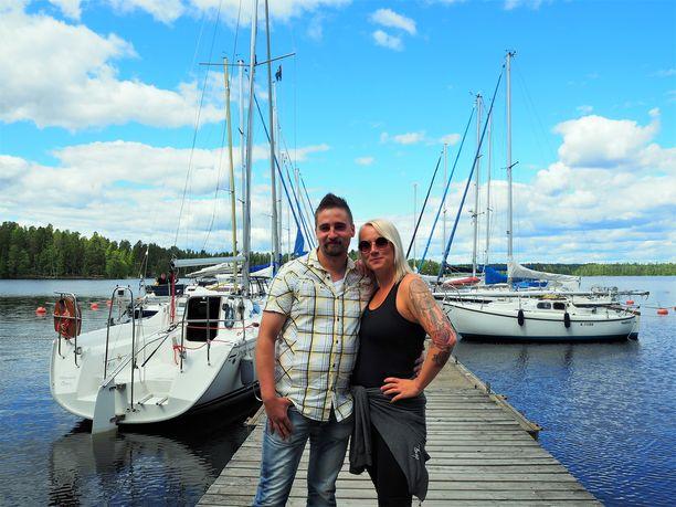 Antti-Jussi ja Elina lähtivät treffeillä purjehtimaan.