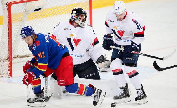 Slovan-vahti Justin Pogge torjui voiton ja Patrik Lusnak teki maalin, vaikka palkkaa ei tule.