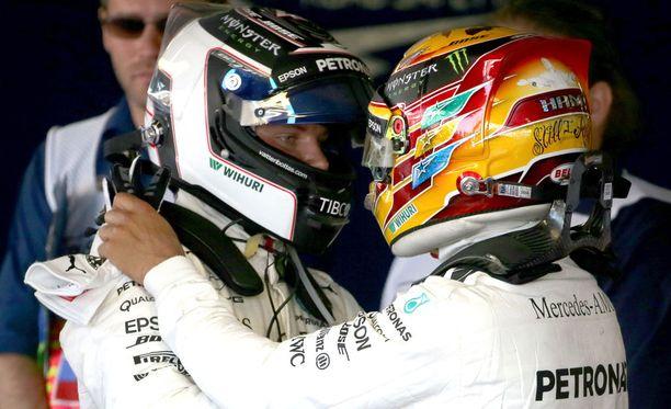 Valtteri Bottaksen vauhti oli liikaa Lewis Hamiltonille (oik.).