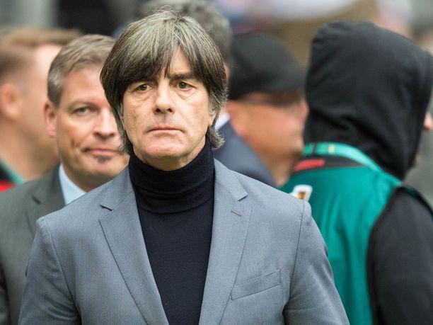 Sairauslomalle joutunut Joachim Löw ei ole vaihtopenkillä mukana, kun Saksa kohtaa jalkapallon EM-karsinnassa Valko-Venäjän ja Viron.