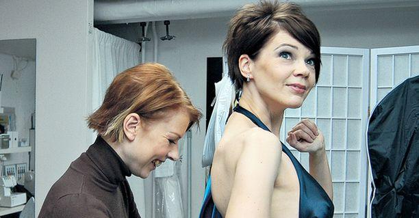 VALMISTA ON. Reetta Ek teki Liisa Koskisen yönsinisen linnanjuhlapuvun reilussa viikossa. Upea puku tyydyttää niin tekijää kuin kantajaansakin.