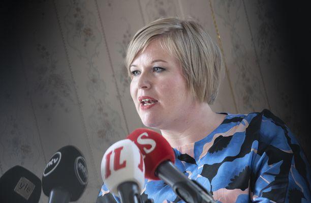 Keskustan puheenjohtaja Annika Saarikko vaatii lisää vauhtia neuvotteluihin paikallisesta sopimisesta.  Arkistokuva.