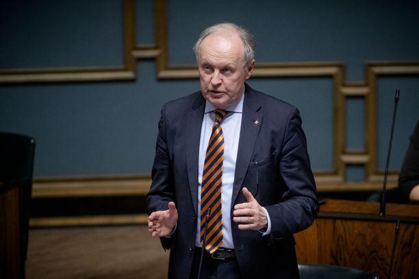 Aki Lindén nousi eduskuntaan kevään 2019 vaaleissa jäätyään eläkkeelle HUS:n johdosta. Hän kertoo työskennelleensä soten markkinamallin kaatamiseksi joka päi