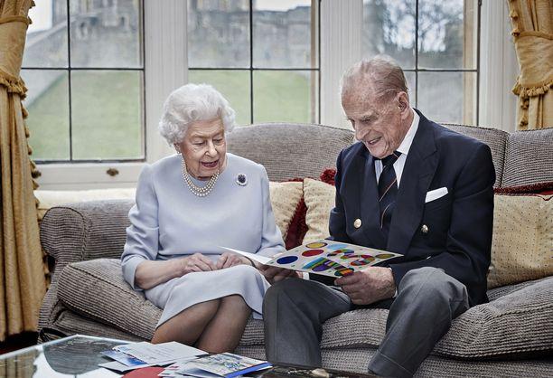 Kuningatar Elisabet ja prinssi Philip ovat pitäneet yhteyttä läheisiinsä puheluin ja viestein poikkeusaikana.