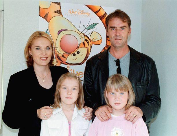 Miss Suomi vuodelta 2014 Bea Toivonen (edessä oik.) leffaili perheensä kanssa vuonna 2000. Mukana Marja-äiti, Harri-isä ja isosisko Anna-Sofia.