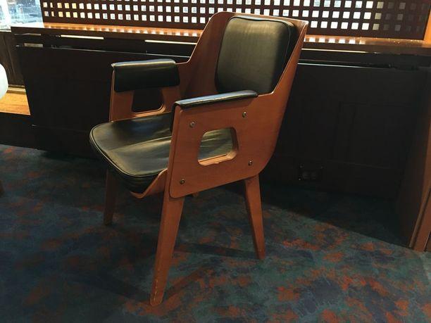 Suurta kiinnostusta etukäteen saivat osakseen nämä Olli Borgin suunnittelemat klassikkotuolit, joita oli myynnissä yli sata kappaletta.