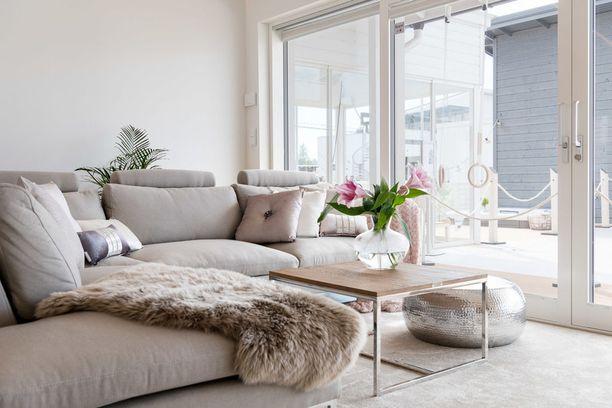 Suosi pehmoisissa torkkupeitoissa ja tyynyissä luonnonmateriaaleja. Kesän Asuntomessujen perusteella taljat pitävät edelleen pintansa.