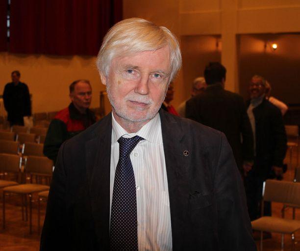Kansanedustaja Erkki Tuomioja tivaa puolustusministeri Jussi Niinistöltä vastausta.
