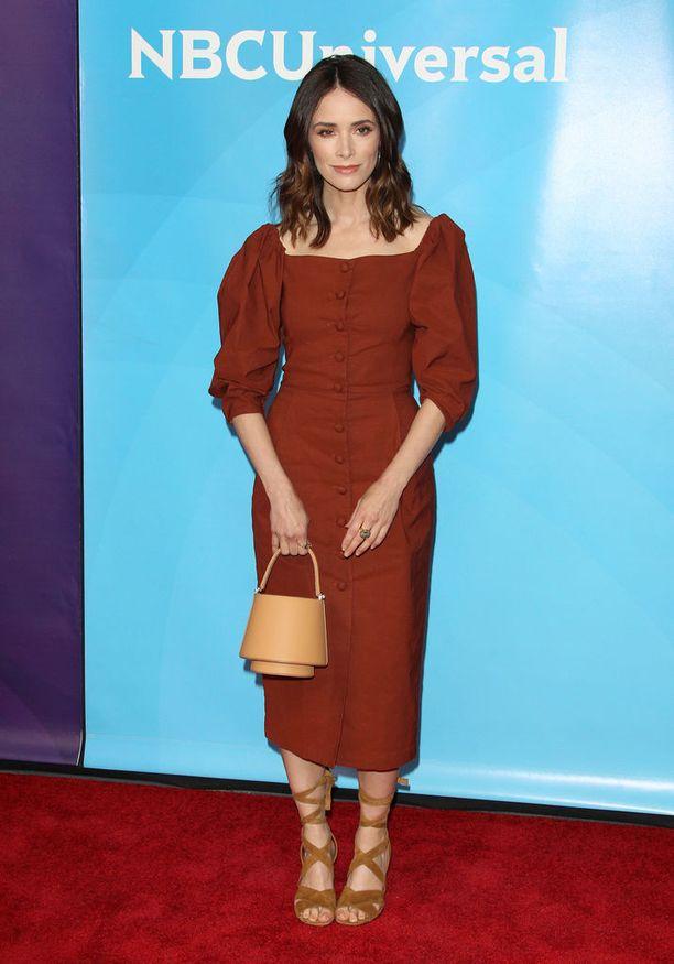 Mikä mekko! Pellavainen materiaali, napitus ja neliönmallinen kaula-aukko tekevät Abigail Spencerin mekosta kesän 2018 trendikkäimmän. Haluamme myös tuon ihanan laukun.