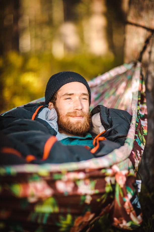 Riippumatossa on kiva makoilla leiripaikalla, mutta sillä voi korvata myös teltan.