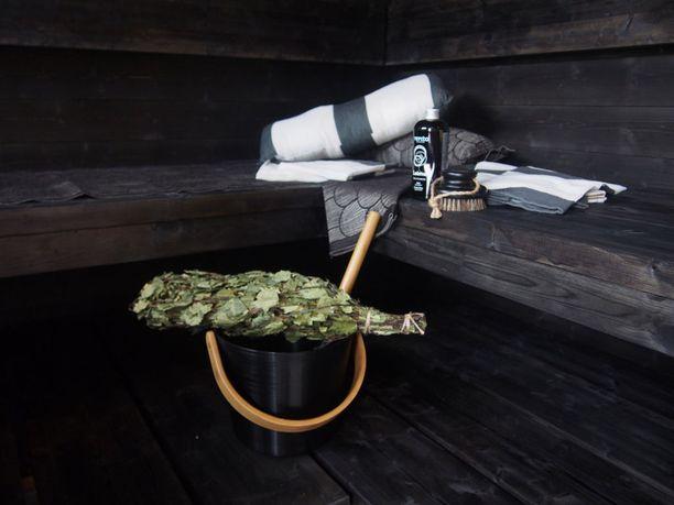 Kokomustaksi käsitelty sauna näyttää jo perinteiseltä, vaikka niitä on todellisuudessa nähty vasta vain muutamien vuoden ajan.