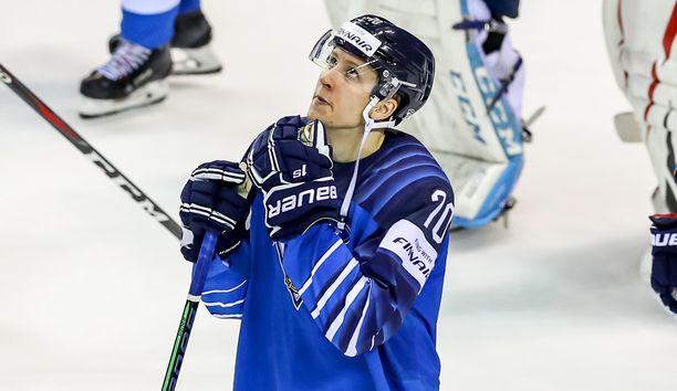Niko Mikkola pääsee viimein debytoimaan NHL:ssä.