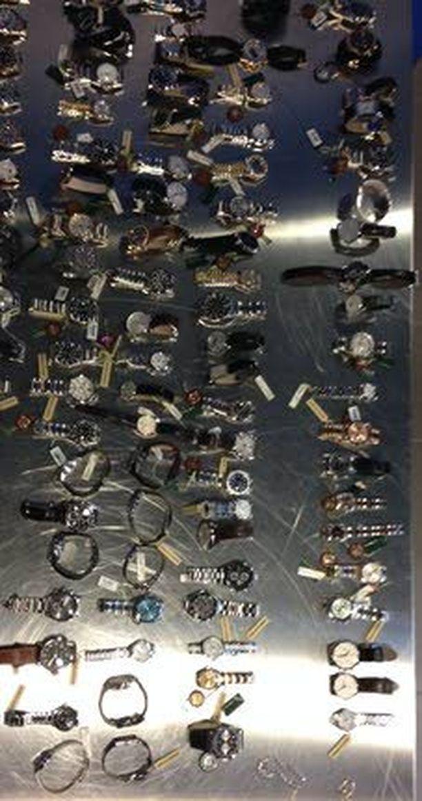 Epäiltyjen hallusta löytyi kaikkiaan 92 arvokelloa. Joukossa oli myös koruja.
