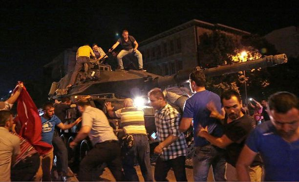 Siviilit yrittivät pysäyttää Turkin armeijan panssarivaunuja Ankarassa heinäkuussa vallankaappausyrityksen yönä.