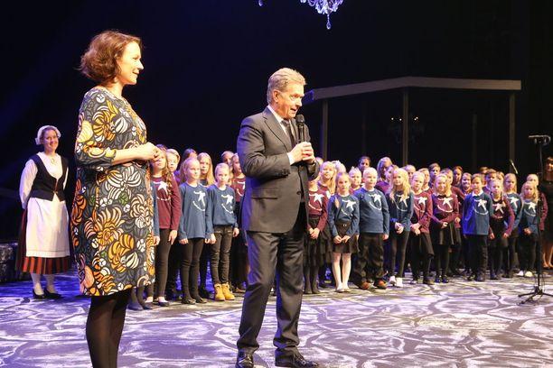 Sauli Niinistö ja Jenni Haukio kyselivät juhlissa kysymyksiä lapsilta.