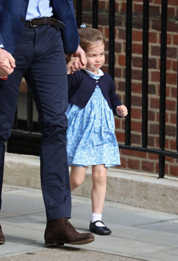 Charlotte saapui isänsä kanssa katsomaan pikkuveljeään.