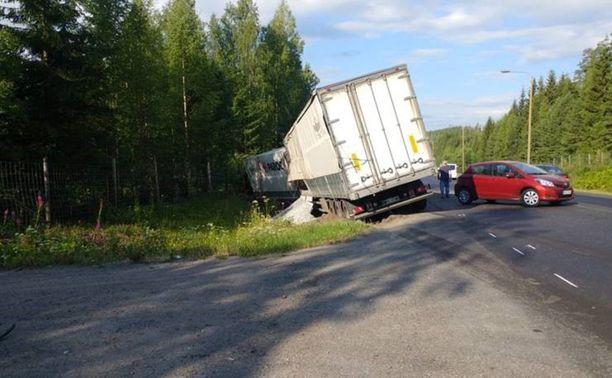 Rekka ja kaksi henkilöautoa törmäsivät perjantaiaamuna toisiinsa.