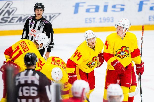 – Annetaan heidän mellakoida keskenään, sanoi Mikko Lehtonen (keskellä) MTV:lle.