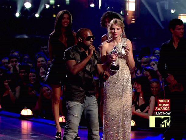 Kanye Westin ja Taylor Swiftin erikoinen kanssakäyminen alkoi tästä hetkestä kymmenen vuotta sitten.