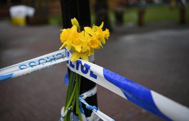 Poliisin eristysnauhaan on ripustettu kukkia Salisburyssa.