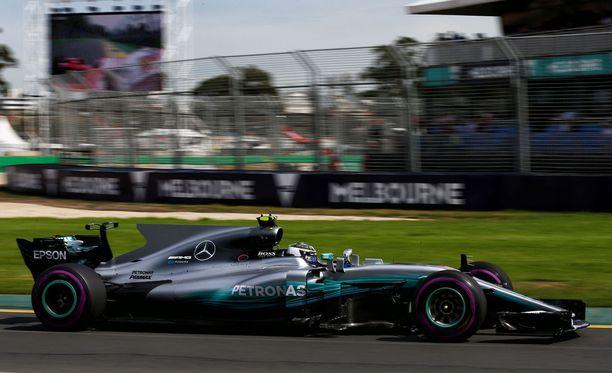 F1-kauden ensimmäisissä vapaissa harjoituksissa Valtteri Bottas jäi runsaat 0,5 sekuntia tallikaveristaan Lewis Hamiltonista, joka ajoi parhaan ajan 1.24,220.